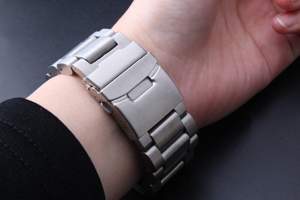 Bracelet Acier Mastodonte au poignet